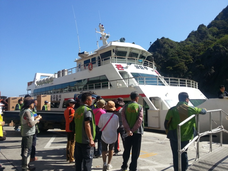 Two-hour cruise around the island costs 25,000 won (1,050 pesos)